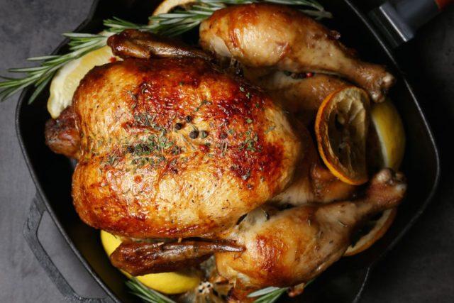 Как вкусно запечь курицу в духовке целиком