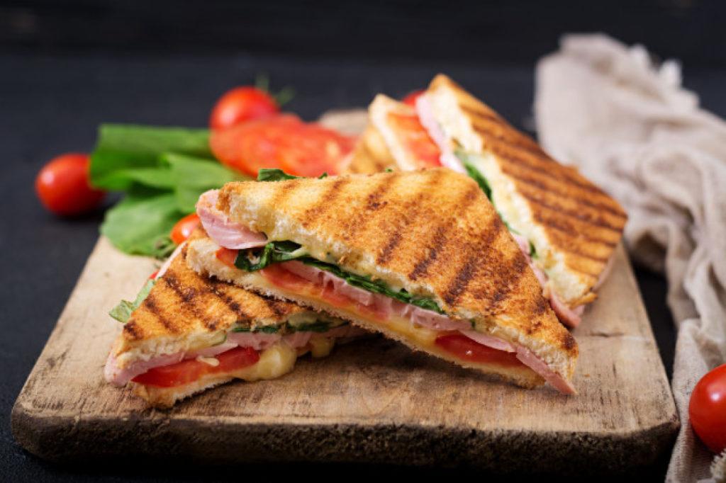 Сэндвичи с ветчиной, зеленью и сыром на гриле
