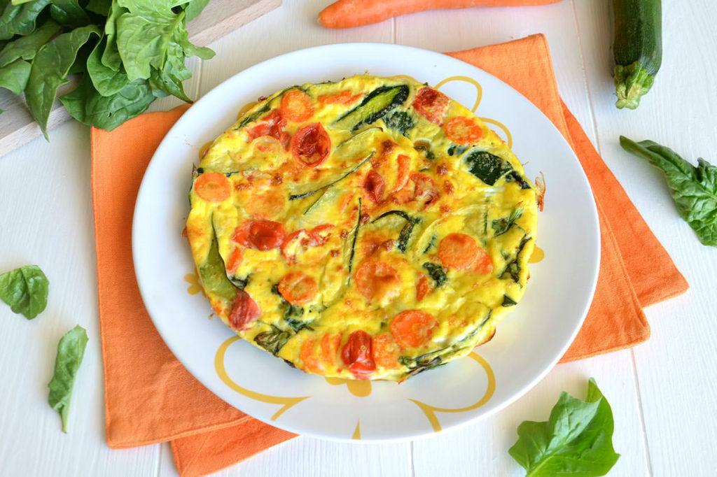 Омлет с овощами на кислом молоке на сковороде