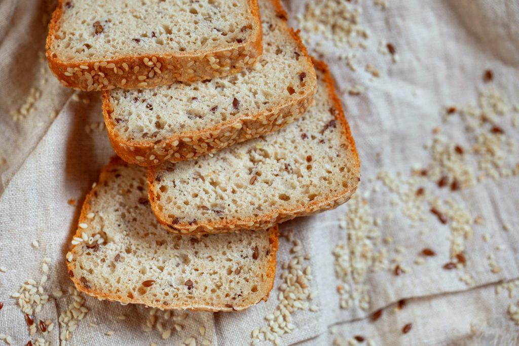 Хлеб на кислом молоке с льняными и кунжутными семенами